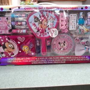 BNIB Minnie Mouse Deluxe Beauty Set